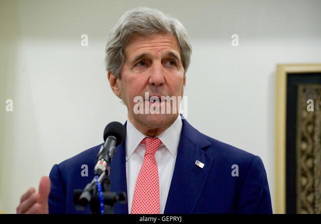 Secretary Kerry Adressen Reporter während der Pressekonferenz nach seinem bilateralen Treffen mit Myanmar Außenminister Stockbild