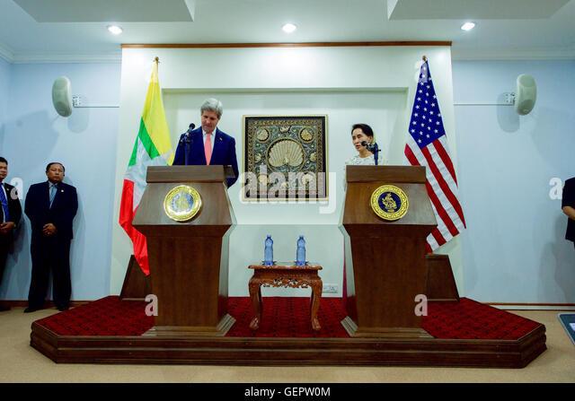 Secretary Kerry Plays als Myanmar Foreign Minister San Suu Kyi Adressen Reporter während der Pressekonferenz Stockbild