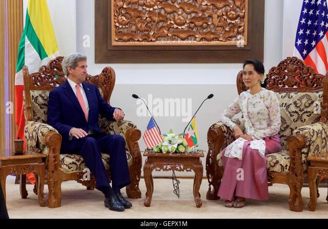 Secretary Kerry sitzt mit Myanmar Außenminister San Suu Kyi vor einem bilateralen Treffen in Naypyitaw Stockbild