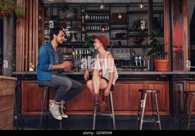 Aufnahme des jungen Paares sitzen an Café-Theke. Junger Mann und Frau im Coffee Shop. Stockbild