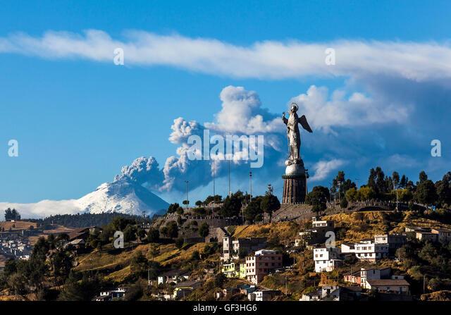 Cotopaxi Vulkan Eruption und Panecillos Madona gesehen von Quito, Ecuador Stockbild