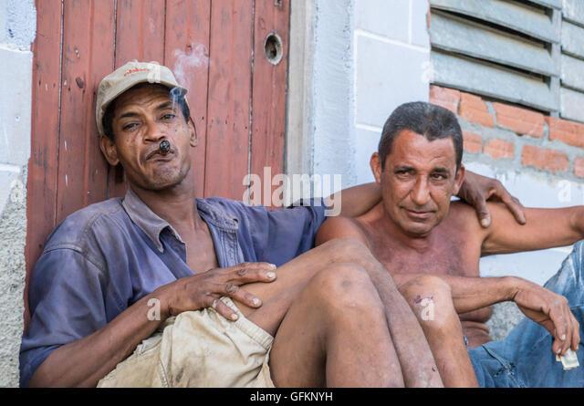 Trinidad, Kuba am 29. Dezember 2015: zwei kubanische Männer einer traditionellen Zigarre Stockbild