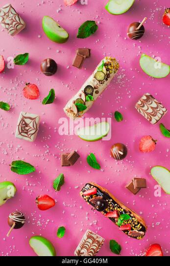 Süße Muster: Popcakes und Eclairs Stockbild