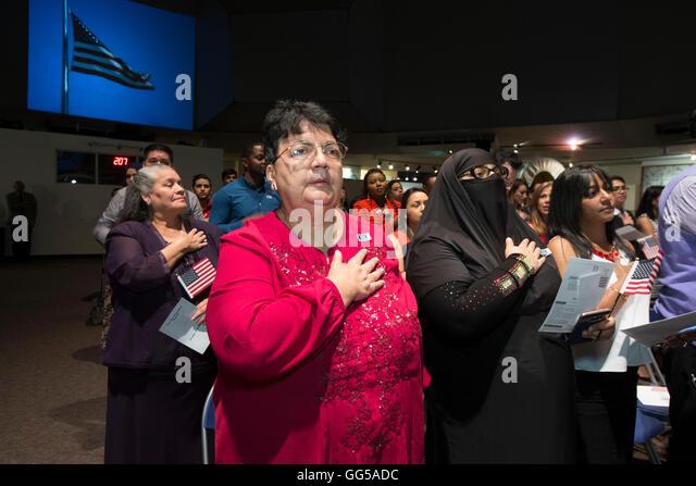 Neue Bürger der Vereinigten Staaten vereidigt werden während einer Feierstunde am Institut der Texan Cultures Stockbild