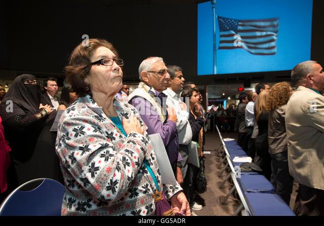 Neue Bürger der Vereinigten Staaten vereidigt werden während einer Einbürgerung Zeremonie am Institut Stockbild