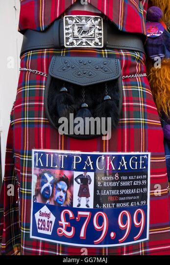 Nahaufnahme eines traditionellen schottischen Tartan Kilt und Sporran-Paket für den Verkauf im Souvenirladen Stockbild