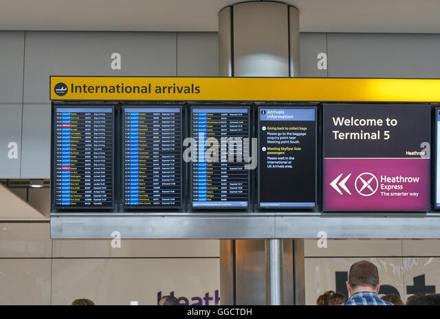 Anreise-Board am Flughafen Heathrow Anreise, Flugzeug Ankunft terminal 5 Stockbild