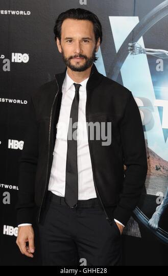Los Angeles, CA, USA. 28. Sep, 2016. Rodrigo Santoro im Ankunftsbereich für WESTWORLD Premiere auf HBO, TCL Stockbild