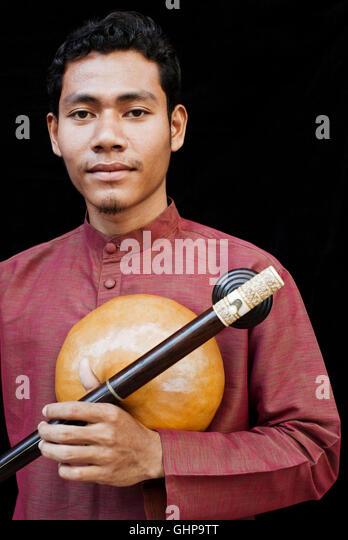 Klassische Hochzeit Musiker Sinat spielt seine Kse Diev (Instrument) im kambodschanischen Living Arts Studio in Stockbild