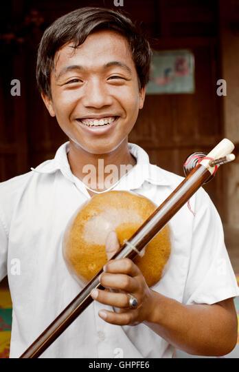 Ein Porträt des jungen kambodschanischen Musikstudent hält seine Kse Diev. Stockbild