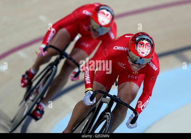 Chinas Gong Jinjie und Zhong Tianshi sport bunte Helme während der Frauen-Team-Sprint am siebten Tag der Olympischen Stockbild
