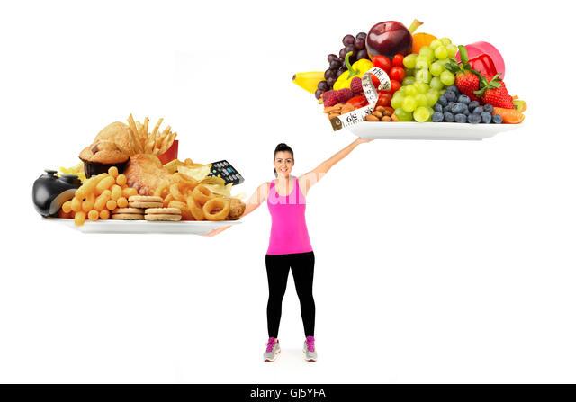 Gesunde oder ungesunde Lebensweise und Ernährung Konzept gesunde junge Frau mit Platten von gesunden und ungesunden Stockbild