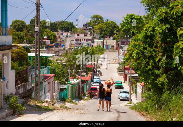 Alltag auf der Suche auf einer Straße in der Gemeinde Guanabacoa, Havanna, Kuba. Stockbild