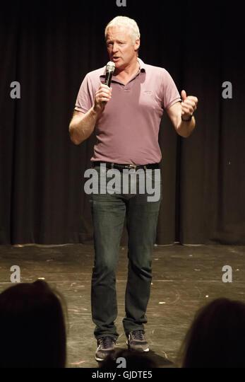 Edinburgh, Schottland. 15. August 2016.   Schottischer Komiker und politische Satiriker Rory Bremner führt Stockbild