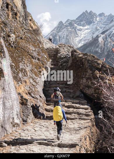 Rucksacktouristen machen ihren Weg nach oben Schritte Reise durch Nepal Everest Base Camp mitten im winter Stockbild