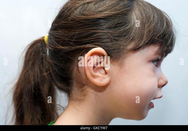 4 - Jahre altes Mädchen mit Pferdeschwanz Frisur Stockbild