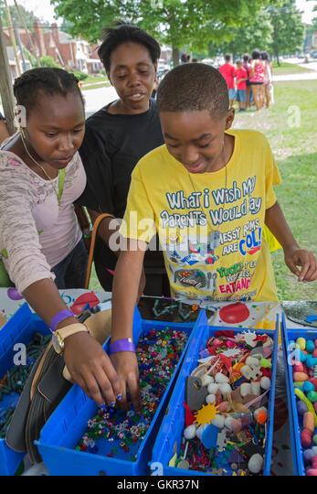 Detroit, Michigan - Nachbarschaft Gruppen halten ein Sommer Street fair. Kinder nutzen Schrott, um Kunstprojekte Stockbild