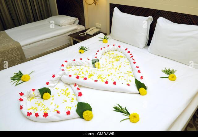 Bett-Suite mit Blumen geschmückt und Handtücher. Stockbild