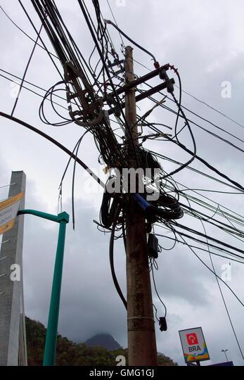 Durcheinander Overhead Stromkabeln typischen Straßen in Rio De Janeiro, Brasilien Stockbild