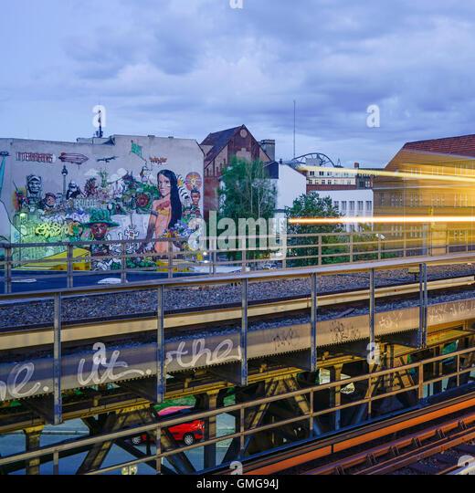 Graffiti von Streetart Projekt Interbrigadas an der Rückwand des Hotel Mercure in berlin Stockbild
