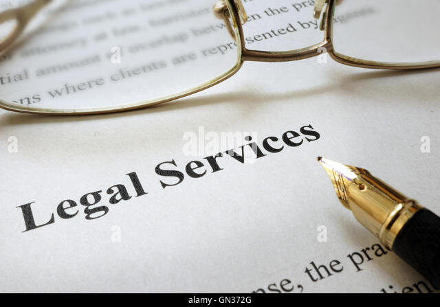 Blatt Papier mit Worten Rechtsdienstleistungen und Gläser. Stockbild