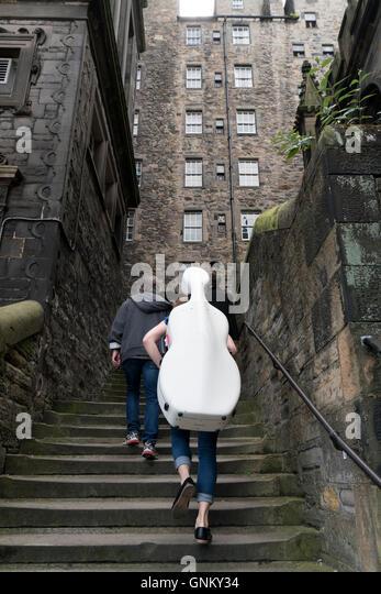 Musiker mit Cello, schmale Gasse beim Edinburgh Festival 2016 in Schottland, Vereinigtes Königreich Stockbild