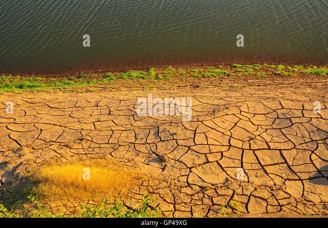 Trockenes Land und See Stockbild