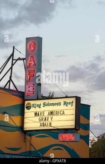 Politische Satire auf dem Schild des King Solomon Reef Café in der Innenstadt von Olympia, Washington. Stockbild