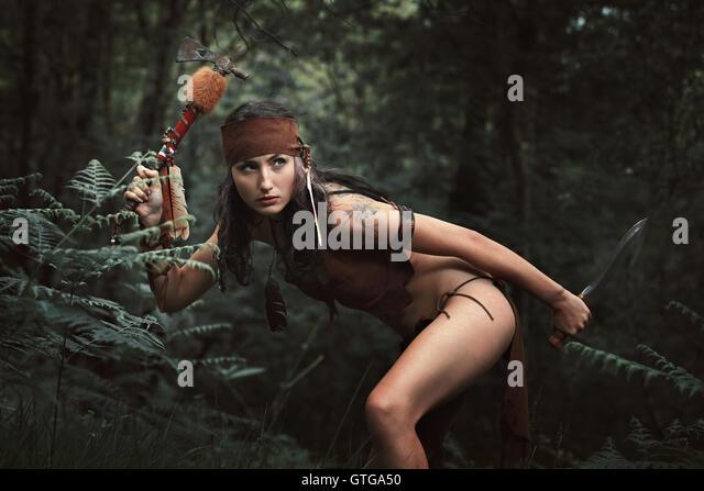 Indische Kriegerin Jagd in den Wald. Tomahawk-Waffe Stockbild