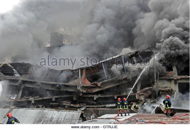 Tongi, Bangladesch. 10. September 2016. Feuerwehrleute versuchen, ein Feuer zu löschen, die am 10. September Stockbild
