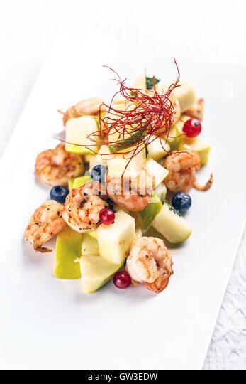 Garnelen mit Birnen-Salat im fine-dining Restaurant serviert Stockbild