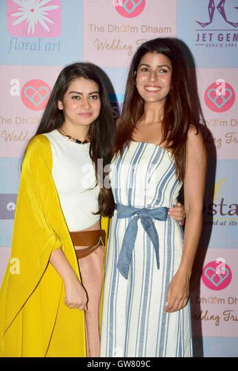Star-Stylist Tanya Ghavri mit Bollywood-Schauspieler Nimrat Kaur während Dhoom Kondensation Hochzeit Trunk Stockbild