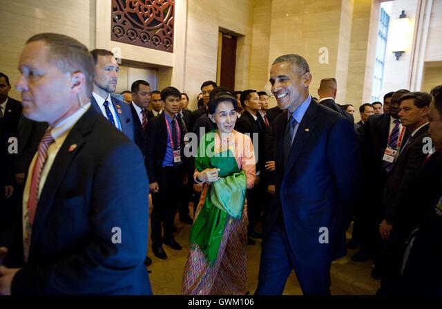 US-Präsident Barack Obama geht mit Aung San Suu Kyi, Minister für auswärtige Angelegenheiten der Stockbild