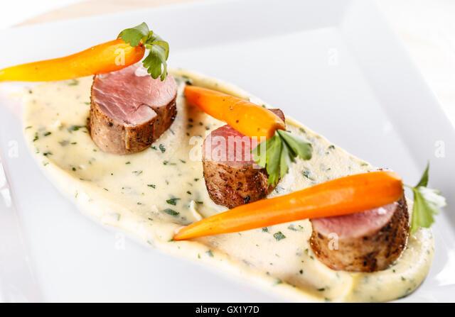 Gourmet-Restaurants Essen mit Schweinefilet Lende, Karotten und Kartoffelpüree Stockbild