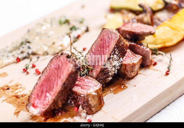 Rindersteak auf einem Holzbrett, feines Essen Stockbild