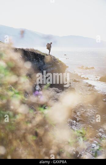 Eine Backpacker sieht aus ins Meer beim Wandern Northern California Lost Coast. Stockbild