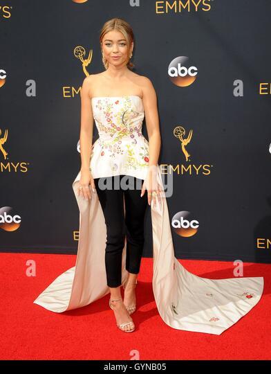 Los Angeles, CA, USA. 18. September 2016. Sarah Hyland im Ankunftsbereich für das 68. Annual Primetime Emmy Stockbild