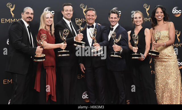 "LOS ANGELES, CA - 18 SEPTEMBER: Kreatives Team von ""The Voice"" im Presseraum auf der 68. Emmy Awards im Stockbild"