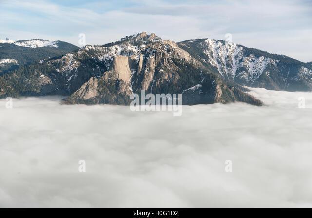 Wolken und Berge im Sequoia National Park Stockbild