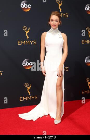 Los Angeles, CA, USA. 18. September 2016. Holly Taylor im Ankunftsbereich für das 68. Annual Primetime Emmy Stockbild