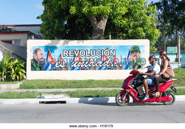Revolution ist Einheit Plakatwand, Fidel Castro und Raul Castro Bilder darstellen. Kuba Menschen täglichen Stockbild