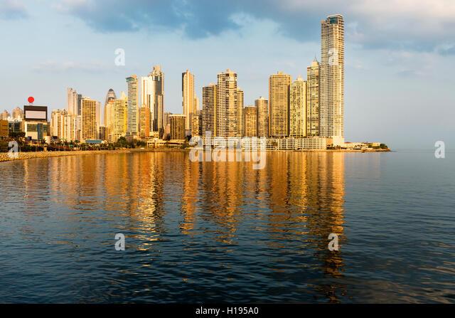 Blick auf den financial District und Meer in Panama City, Panama, bei Sonnenuntergang. Stockbild