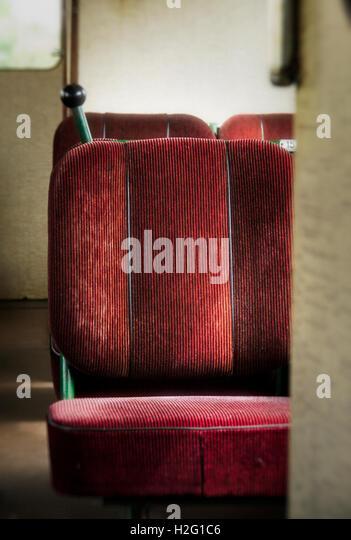 Leere Sitze in alten Retro-Eisenbahnwagen. Oldtimer Transport. Stockbild
