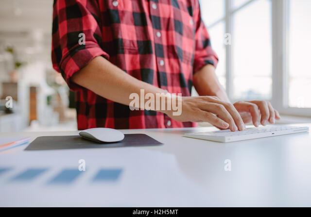 Nahaufnahme der Hände des Mannes auf der Computertastatur tippen. Zugeschnittenen Schuss Geschäftsmann Stockbild