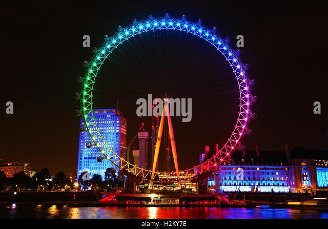 London, UK. 29. September 2016. Das London Eye wurde in bunten Farben des Regenbogens illuminiert, für Förderung Stockbild