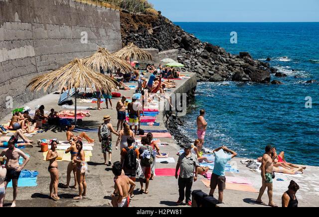 Menschen genießen Sie den Sommer Wetter schwimmen gehen in den Atlantischen Ozean vor der felsigen Strand Jardim Stockbild