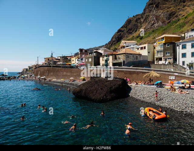 Menschen genießen Sie den Sommer Wetter bei einem Besuch in der felsigen Strand von Paul do Mar Stockbild