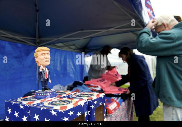 Manheim, PA, USA. 1. Oktober 2016. Pro-Trump Ware ist außerhalb der Veranstaltung als republikanischer Präsidentschaftskandidat Stockbild