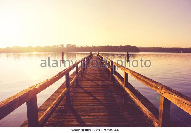 Hölzerne Pier See Landschaft landschaftliche Schönheit inspirierende Landschaften Achtsamkeit Konzept Stockbild
