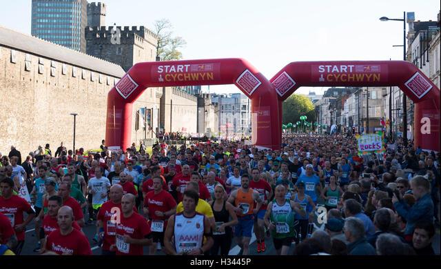 An der Cardiff Half Marathon teilnehmen Läufer Stockbild